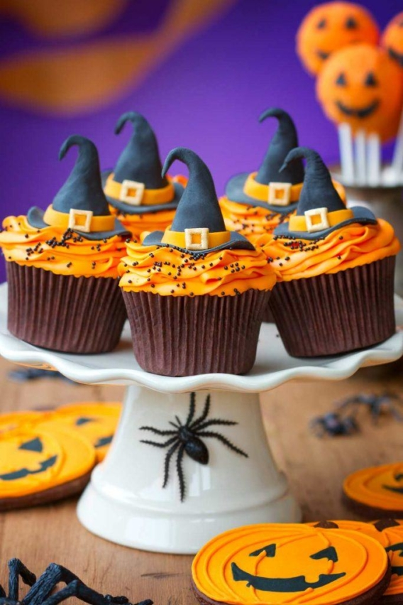 Cupcakes para Halloween decorados con sombreros de bruja