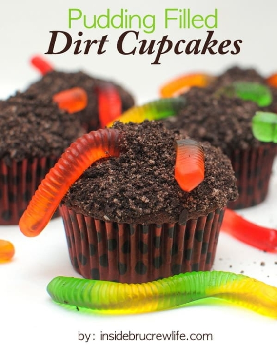 Cupcakes para Halloween con gusanos de gomitas